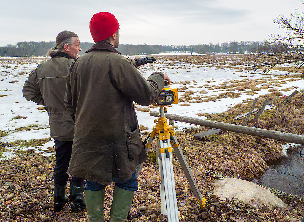 Planering av våtmarksläge tillsammans med markägaren. Foto: Richard Nilsson