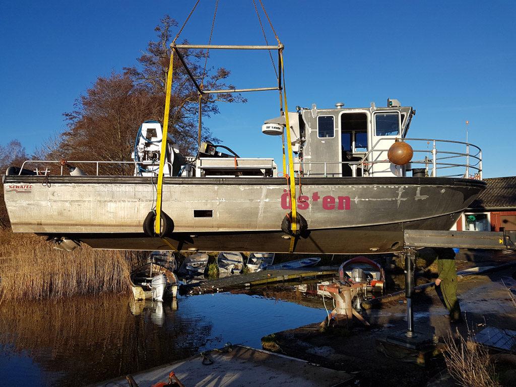 Trålbåten Östen sjösätts i hamnen vid Gamla Boo. Foto: Jimmy Lindahl