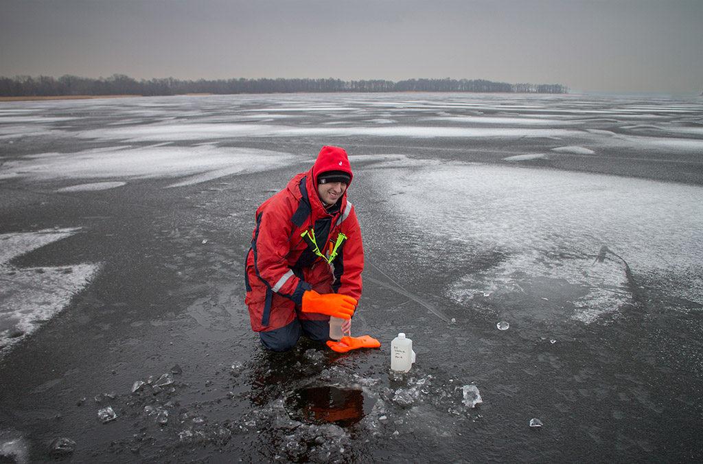 Ekologgruppen tar prover för det samordnade recipientkontrollet för Rönne ås avrinningsområde, på Sätoftasjöns provpunkt Ri5. Foto:Birgitta Bengtsson