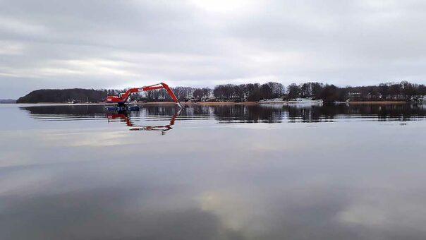 Östra Ringsjön - Grävmaskinen som under vintern 2018-19 rensade sundet mellan Östra och Västra Ringsjön. Foto: Birgitta Bengtsson